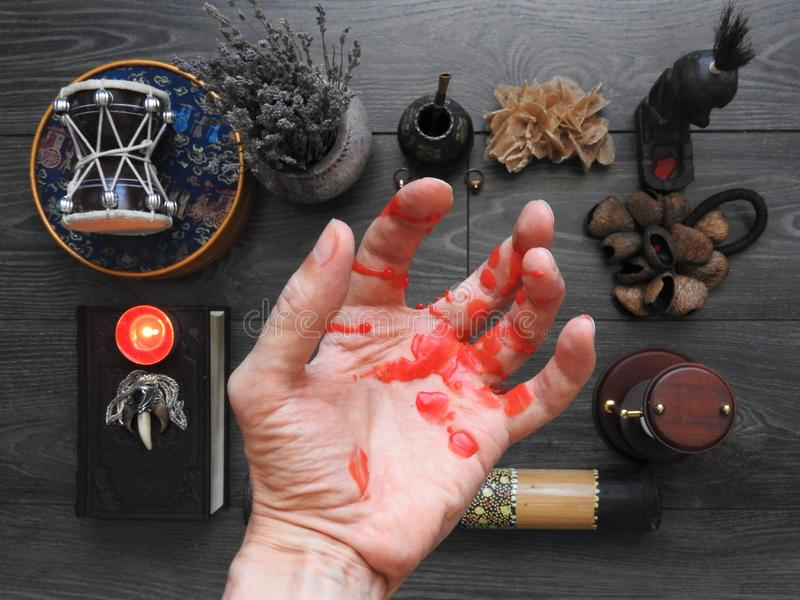 En illavarslande mystisk ritual Handen av trollkarlen occultism sp?dom Begreppet av allhelgonaaftonen svart magi royaltyfri bild
