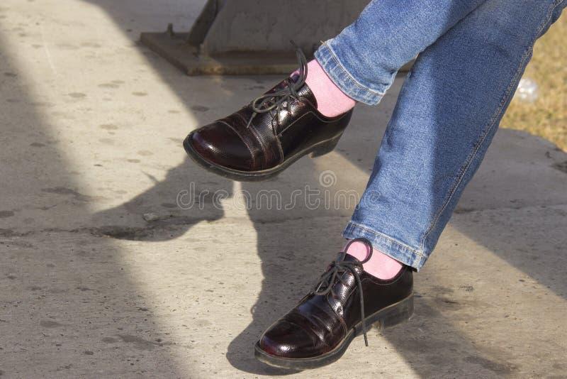 En illustration av en gullig stil av skor f?r patenterat l?der i tre f?rger: rosa f?rger, vit och svart dekorerade med rosor royaltyfri bild