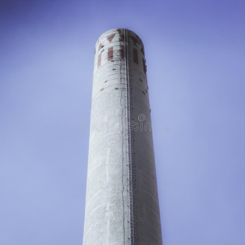 En industriell lampglas mot himlen arkivbild