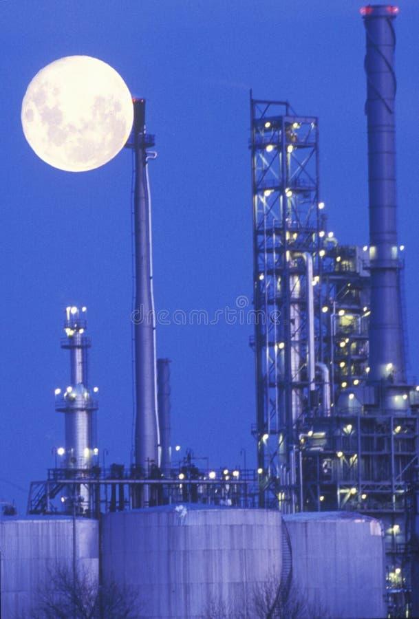 En industriell moonrise över en chemical växt royaltyfria foton