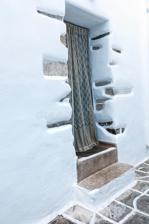 En ingång till ett litet vit-tvättat hus i Mykonos fotografering för bildbyråer