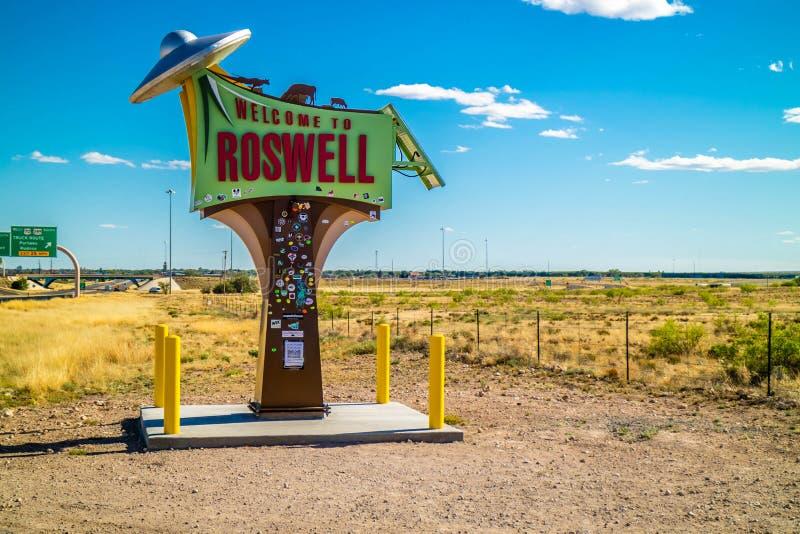 En ingångsväg som går till Roswell som är ny - Mexiko fotografering för bildbyråer