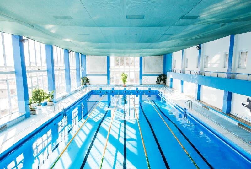 En inre av en inomhus offentlig simbassäng royaltyfria foton