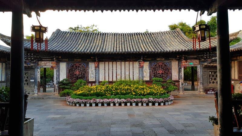 En inre borggård i den typiska kinesiska nobla uppehållet av Zhu'sens familj, Jianshui, Yunnan, Kina arkivfoto