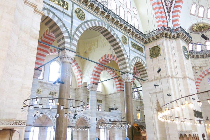 En inre sikt av den Suleymaniye moskén Suleymaniye Camisi, Istanbul, Turkiet fotografering för bildbyråer