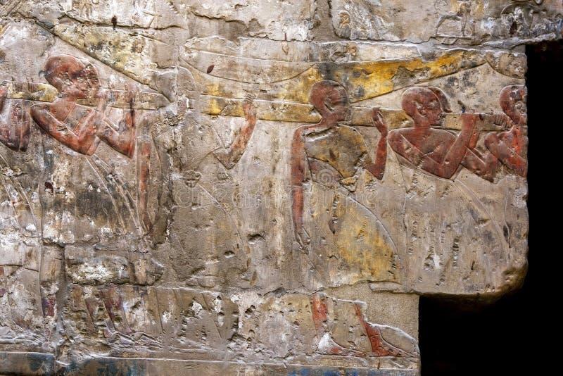 En inristad l?ttnad p? den Luxor templet arkivfoto