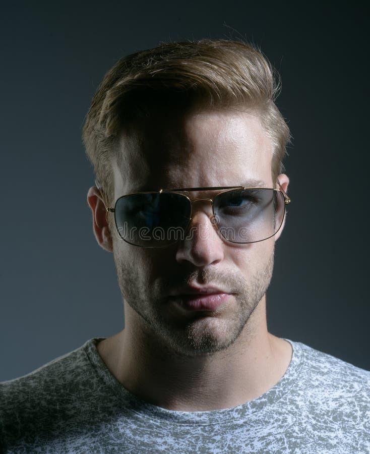 En intellektuell blick Modemodell i moderiktiga solexponeringsglas Man av mode eyewear mode Stiligt öga för mankläder royaltyfri fotografi