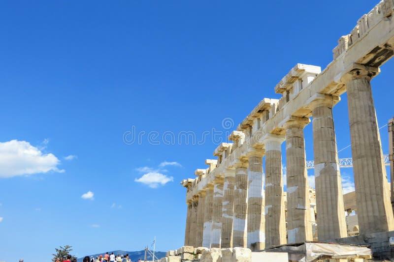 En intressant sikt av Parthenonkolonnerna som vänder mot en blå himmel uppe på akropolen i Grekland royaltyfri foto