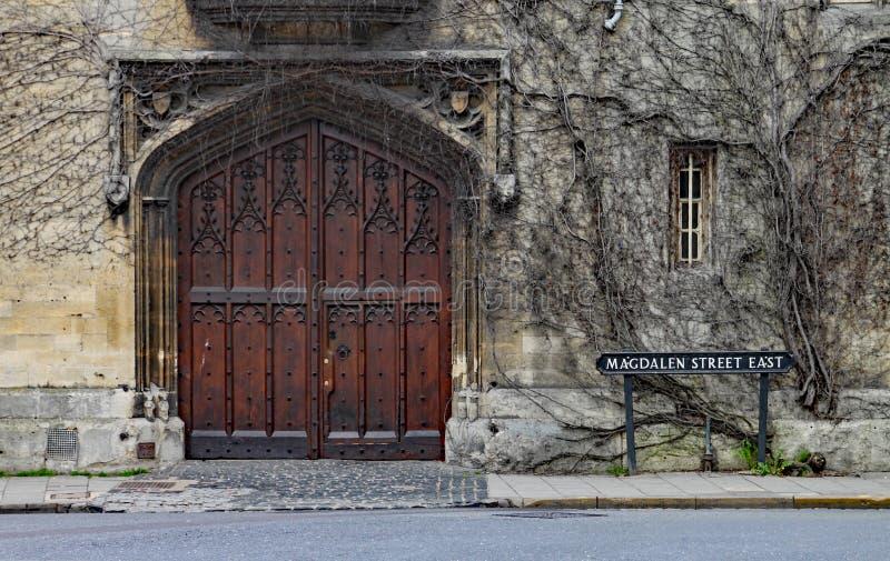 En intricately sniden dörr i den Magdelen gatan i Oxford arkivfoton