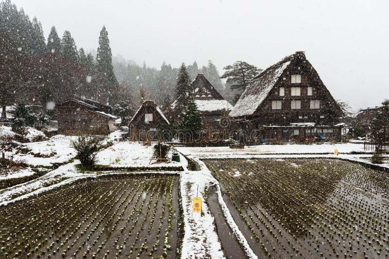 En invierno la nieve es pesada en las casas antiguas de Shirakawa-va pueblo en Gifu, Japón imagenes de archivo