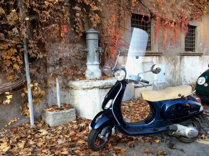 En italiensk motocycleVespa Höst i den Rome staden italy arkivbilder