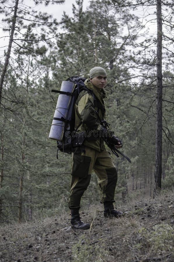En jägare med en armborst arkivbilder