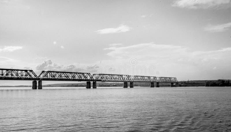 En järnvägsbro över Volgaet River royaltyfri foto