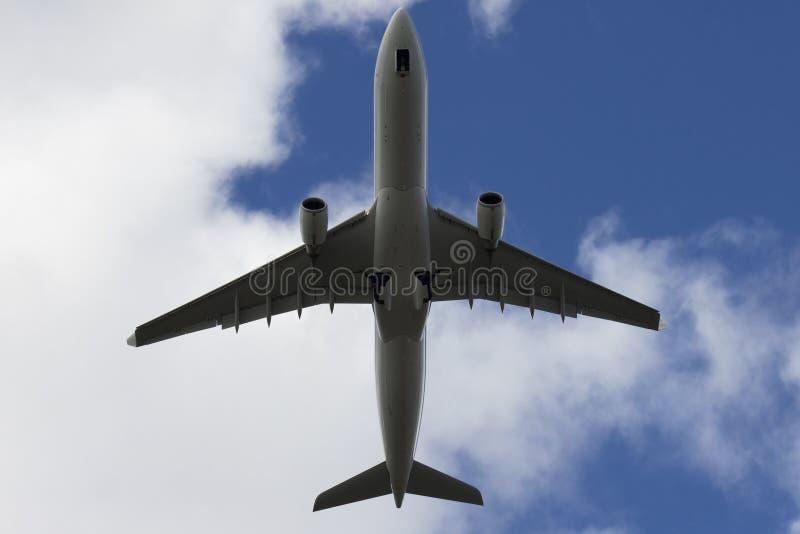 En jet som flyger över royaltyfri bild