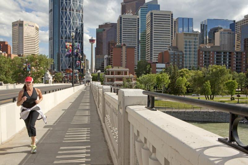 En jogger i den Calgary staden royaltyfri foto