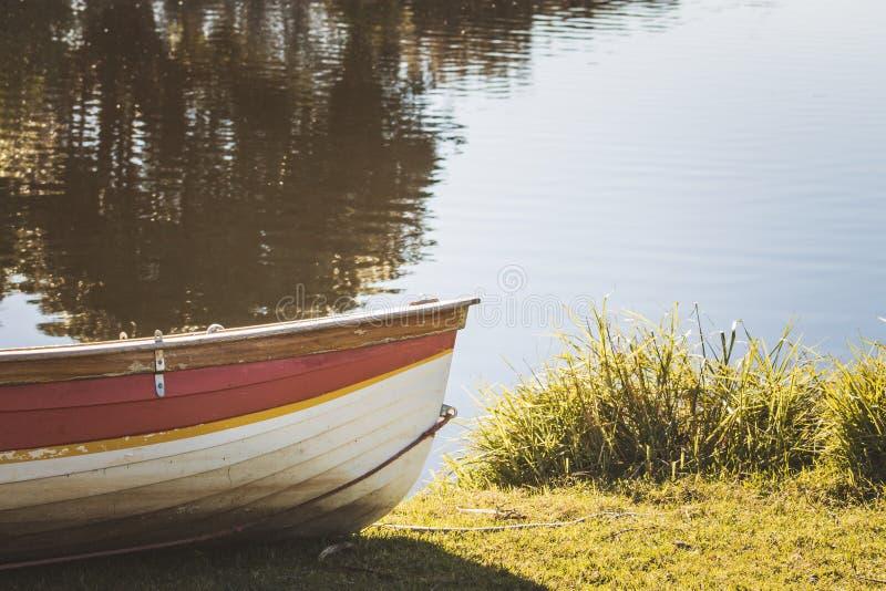 En jolle bredvid en sjö med kopieringsutrymme royaltyfria foton