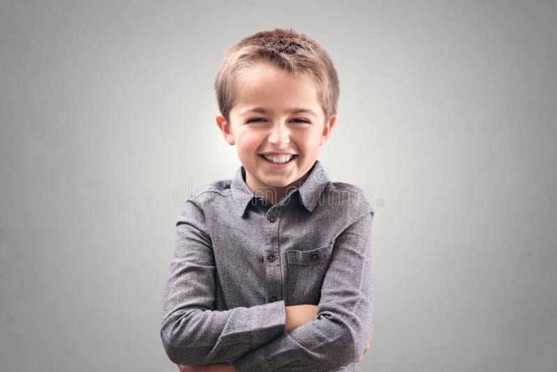 en jongen die glimlachen lachen stock afbeelding
