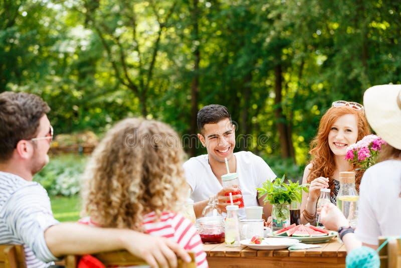 En jongeren die lachen eten royalty-vrije stock foto