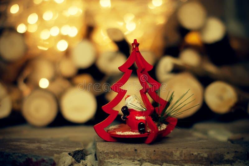 En julgarnering Leksakträd med Santa Claus arkivfoton