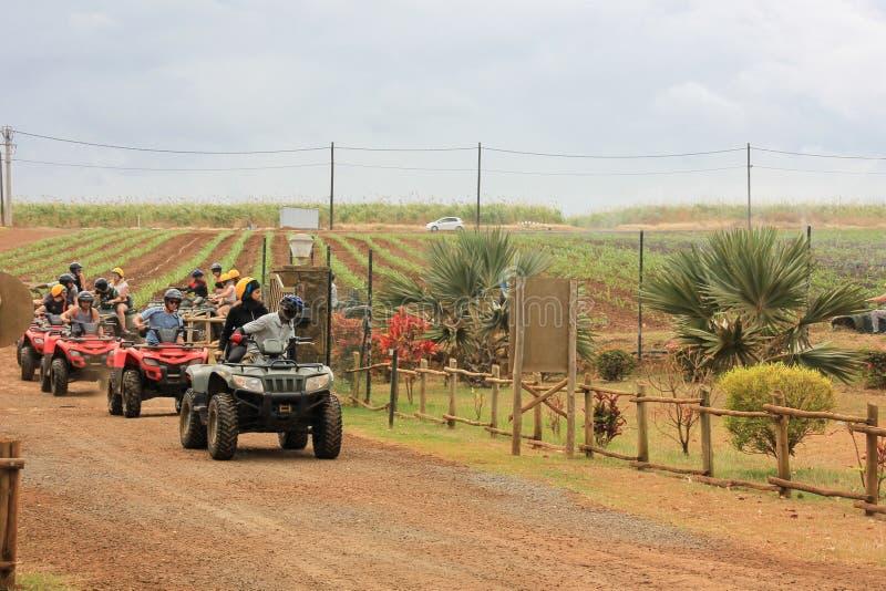 En julio de 2014 Parque natural de Casela, Mauricio, ?frica Comienzo del tripon de la aventura del safari de la bici del patio de fotos de archivo