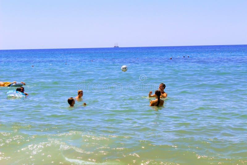 En julio de 2017 - un grupo de gente joven que juega la bola en el agua en Cleopatra Beach Alanya, Turquía imagenes de archivo