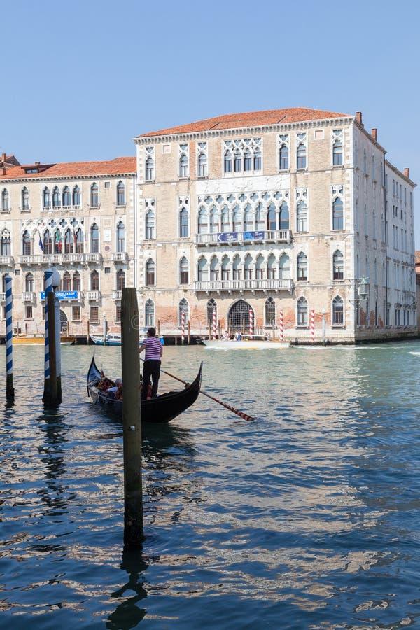 En junio de 2017 Venecia, Italia Góndola y universidad del Ca Foscari foto de archivo libre de regalías