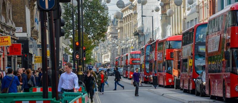 En kö av London Res bussar royaltyfri fotografi