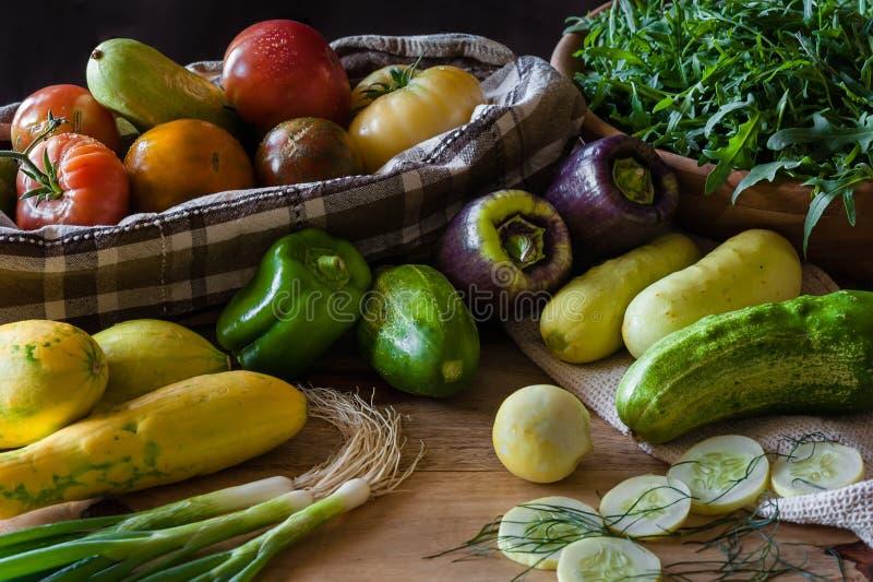 En kökplats med en skottpengar av nytt valda grönsaker fotografering för bildbyråer