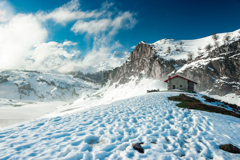 En kabin i bergen av Picosen de Europa royaltyfri fotografi
