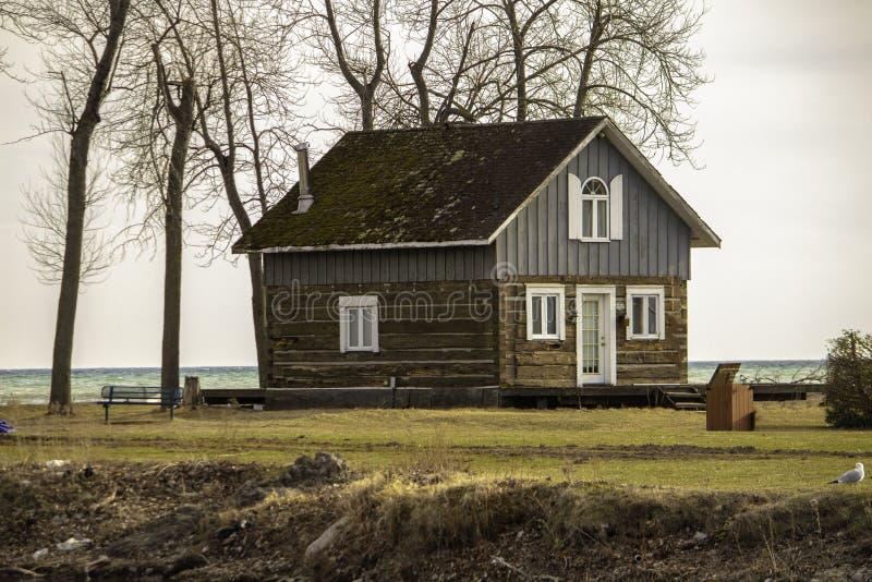 En kabin nära bankerna av sjön arkivbilder