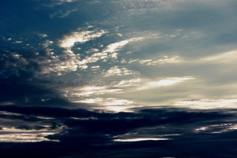 En kall blå himmel under det mjuka solskenet royaltyfri bild