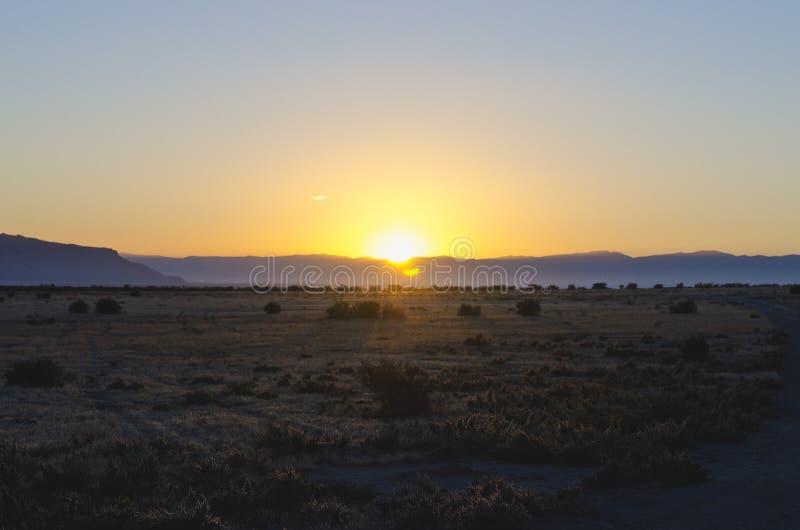 En kall lugna solnedgång för landsväg arkivbilder