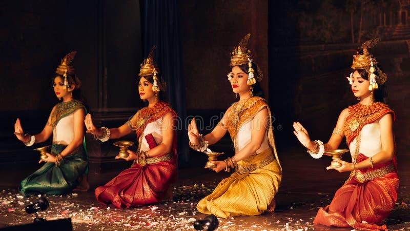 En kambodjansk dans för traditionell Apsara en khmer som visar ramayanaepots på September 13, 2013 i Siem Reap, Cambodja royaltyfria bilder