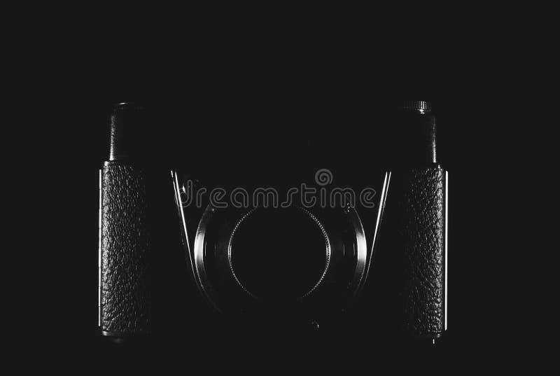 En kamera som klargöras endast av sidor på en svart bakgrund royaltyfria foton