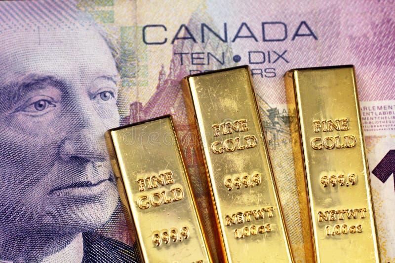 En kanadensisk räkning för dollar tio med tre guld- stänger arkivbild
