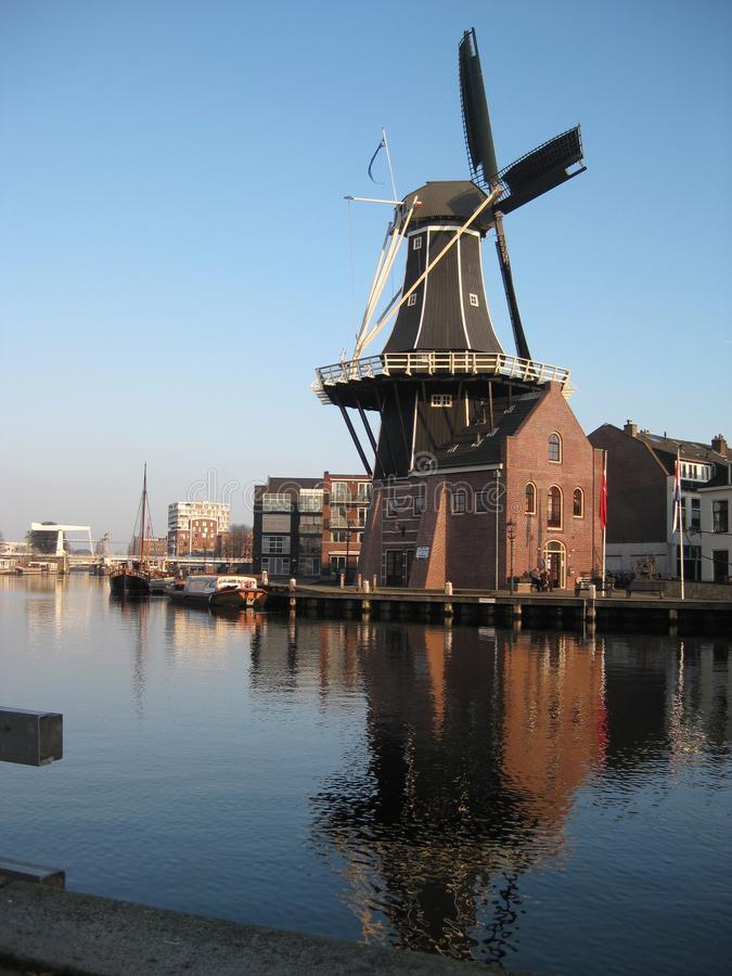 En kanal- och väderkvarnsikt i Haarlem royaltyfria bilder