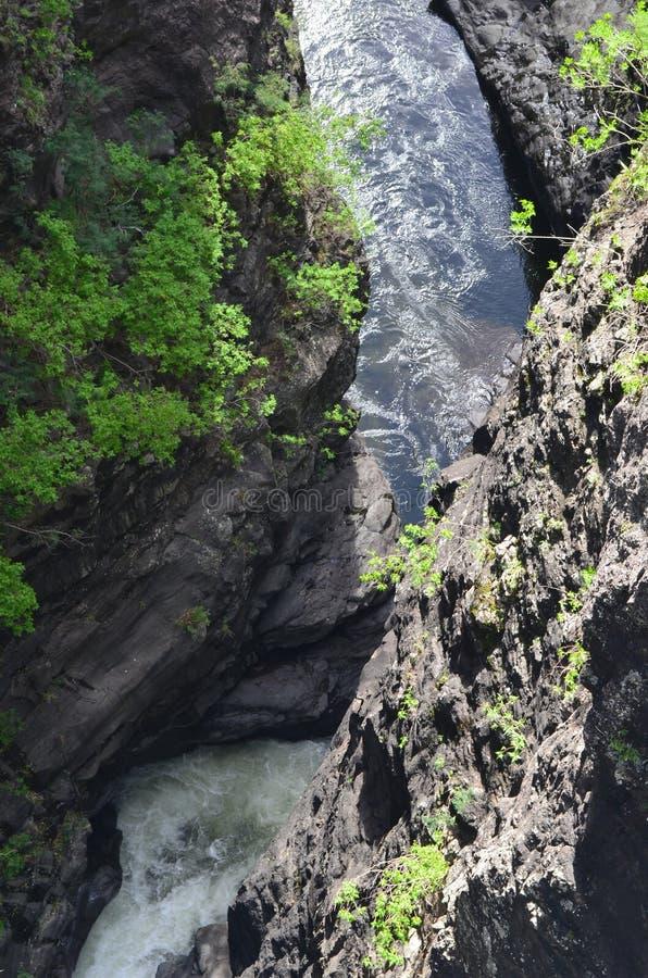 En kanjon i Mafate den vulkaniska calderaen i ön av Réunion arkivfoton