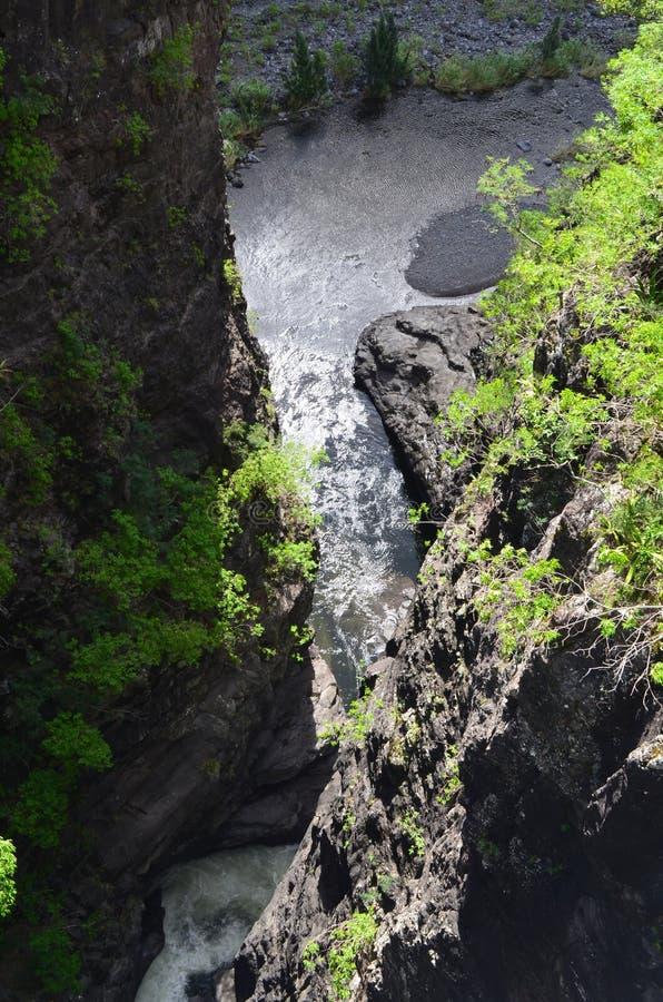 En kanjon i Mafate den vulkaniska calderaen i ön av Réunion royaltyfria bilder