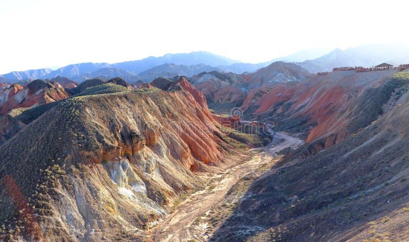 En kanjon i regnbågeberg, den geologiska Zhangye Danxia landformen parkerar, Gansu, Kina fotografering för bildbyråer