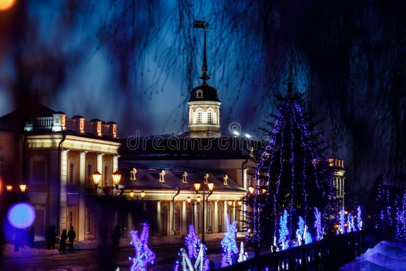 En kanonborggård under regeringstiden för ` s för nytt år på territoriet av den Kazan Kreml på natten royaltyfri fotografi