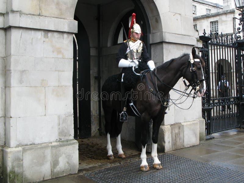 En kavallerist av deppighet- och kunglig personkavalleriregemente som är tjänstgörande på ingången till hästvakter i London, UK arkivbilder