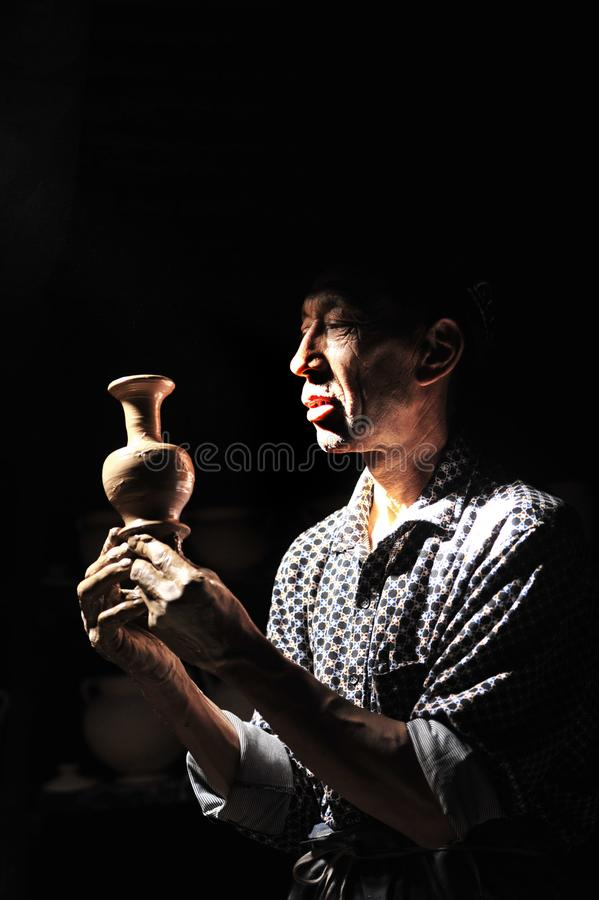 En keramiker arbetade â… ¦ fotografering för bildbyråer