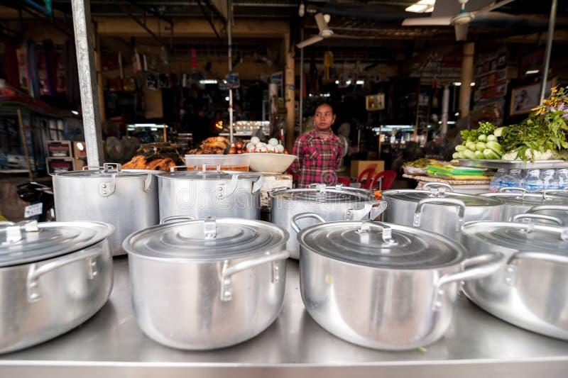 En khmerkvinna som säljer traditionell mat på marknadsplatsen royaltyfri fotografi