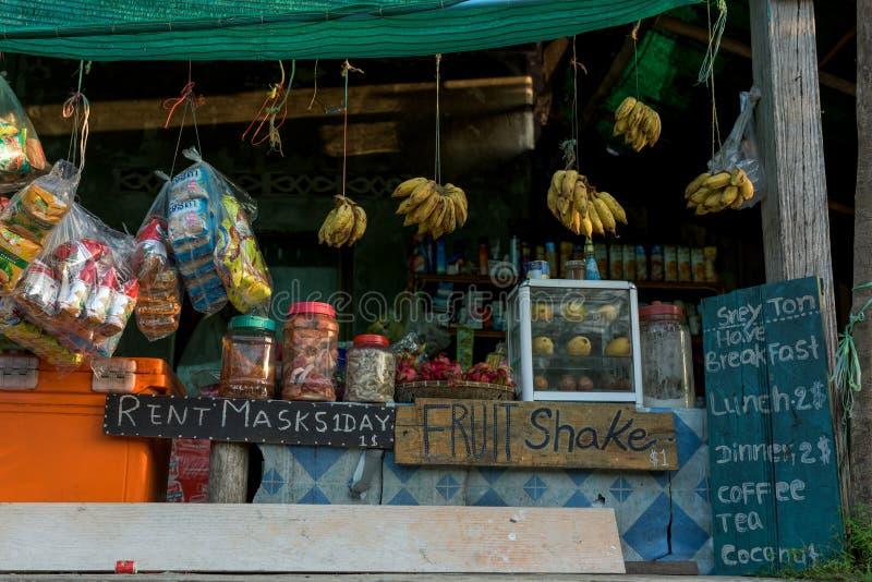 En khmerlokalen shoppar med till salu produkter royaltyfri foto