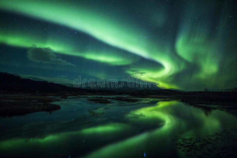 Nordligt tänder ovanför en lagun i Island arkivfoto