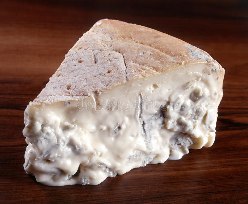 En kil av gorgonzola ost arkivbild