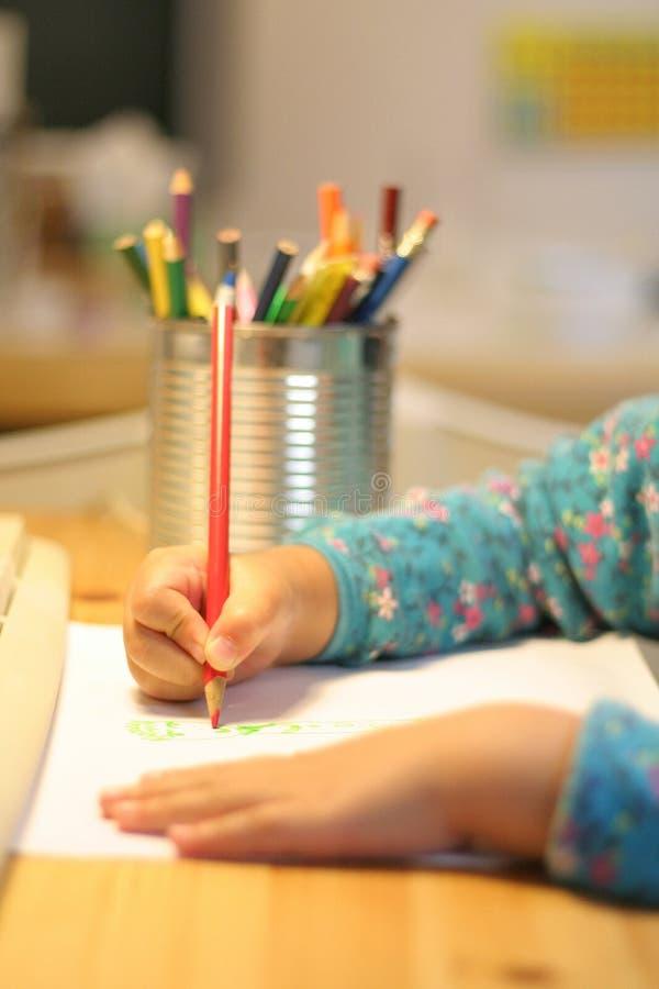 En kind dat trekt schrijft royalty-vrije stock afbeelding