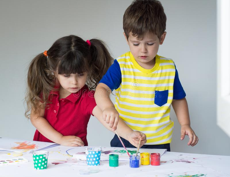 En kinderen thuis of kleuterschool of playschool die spelen trekken stock afbeelding