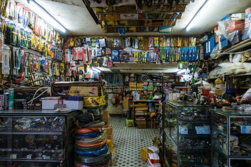 En kinesisk livsmedelsbutik fylldes med hundratals artiklar royaltyfria foton