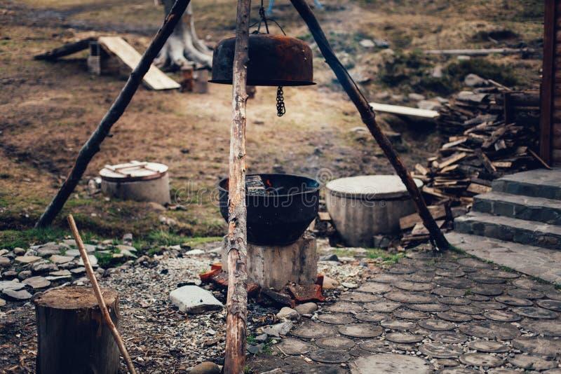 En kittelaka kittel, en stor metallkrukakokkärl för att laga mat eller att koka över en öppen brand arkivbilder